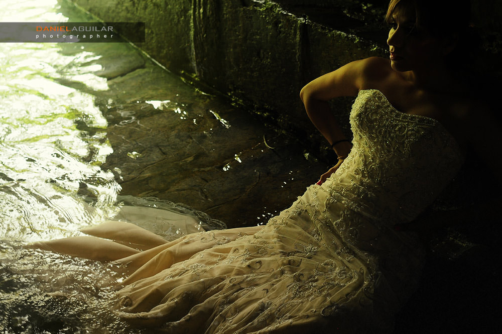 Bride posing in a river in Edward James location in Xilitla