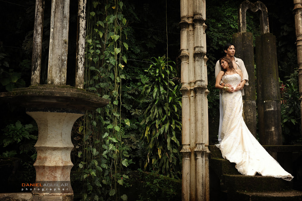 Couple posing in stairs in Xilitla